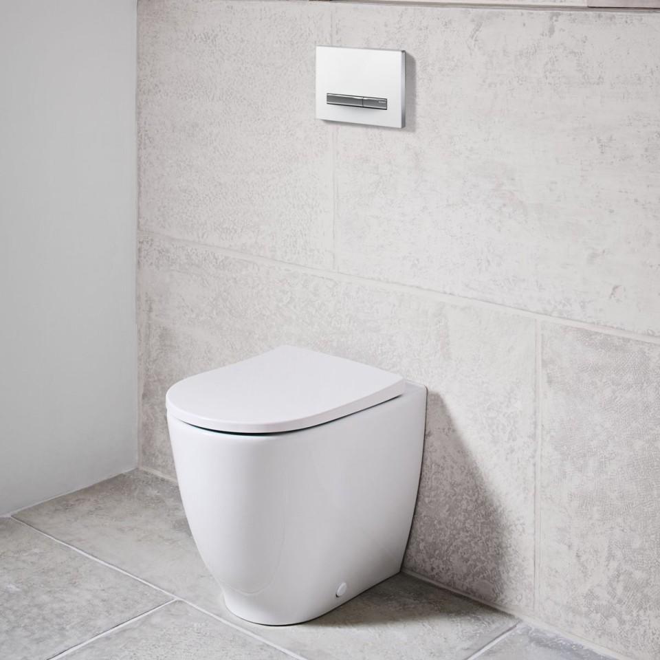Geberit Acanto vloerstaand closet met Sigma50 bedieningsplaat.