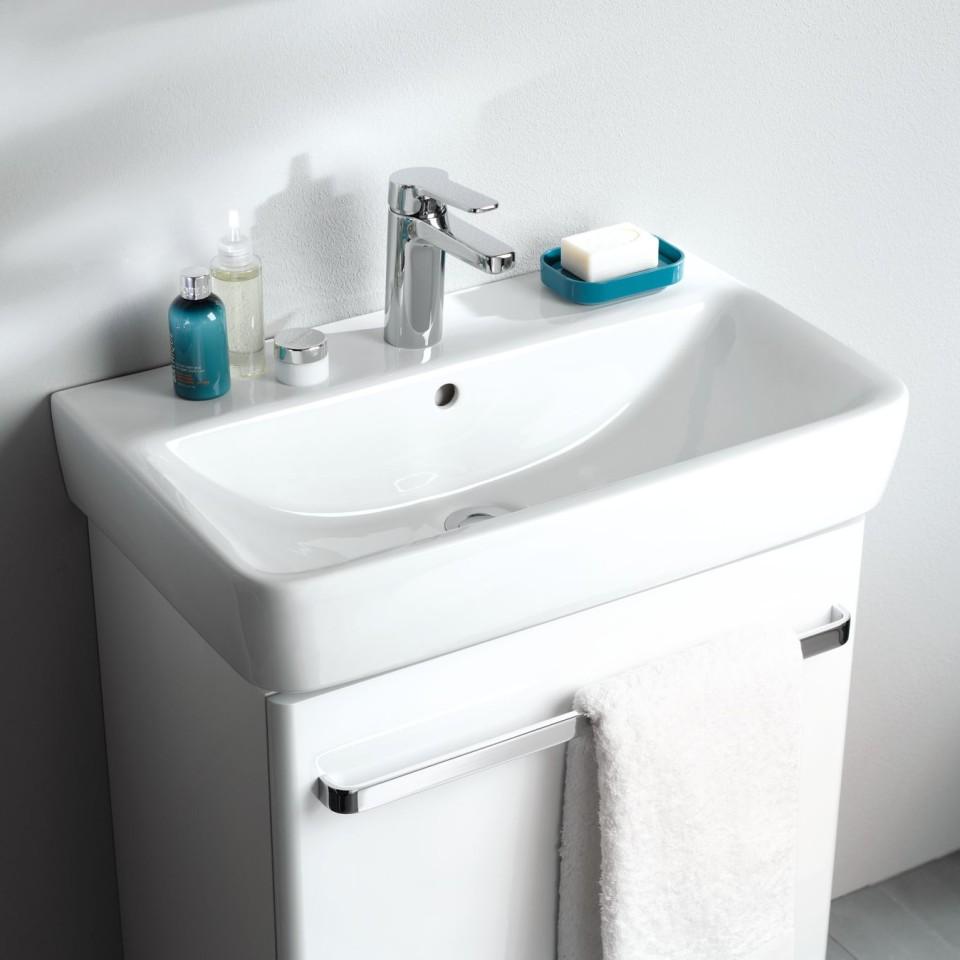 De ondiepe wastafel zorgt voor meer bewegingsruimte in de badkamer.