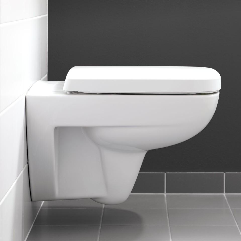 Het toilet volgt het hoekige design van de serie.