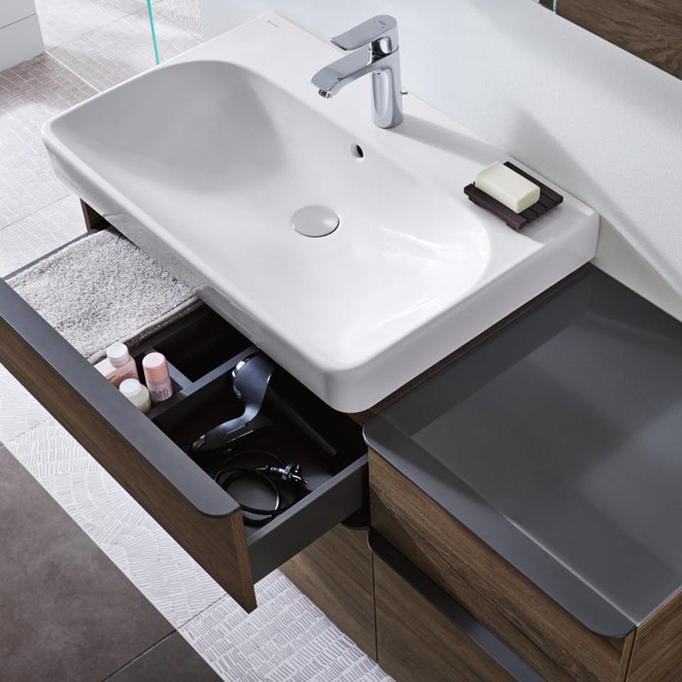 De laden van de onderkast zorgen ervoor dat u veel badkamerspullen altijd binnen handbereik hebt.